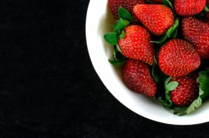 bowl-of-strawberries-2502962_640